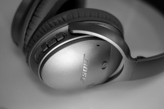 Czarne słuchawki nauszne bezprzewodowe Bose