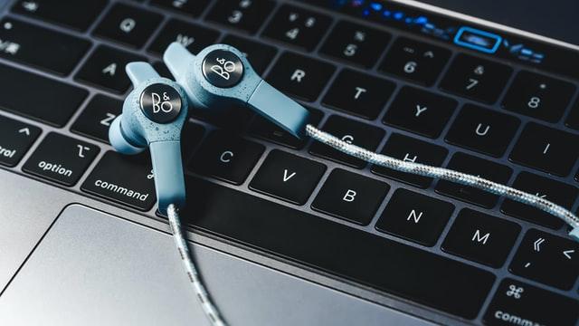 Jak podłączyć słuchawki z mikrofonem do komputera?