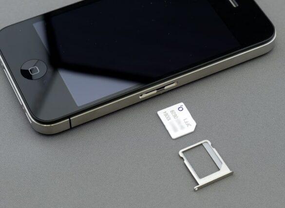 Czarny iPhone i karta SIM