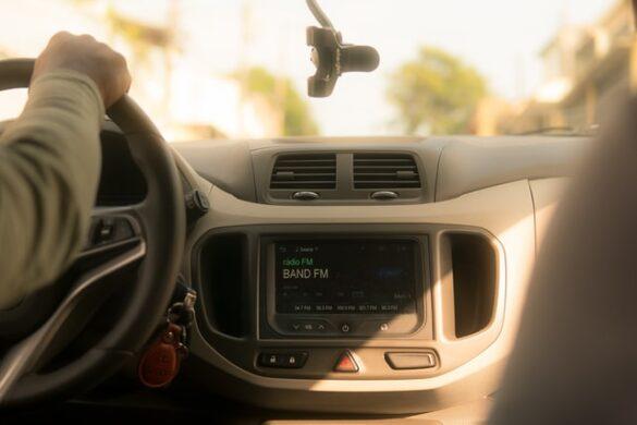 Deska rozdzielcza w samochodzie - radio, transmiter fm, przełączniki, kierownica