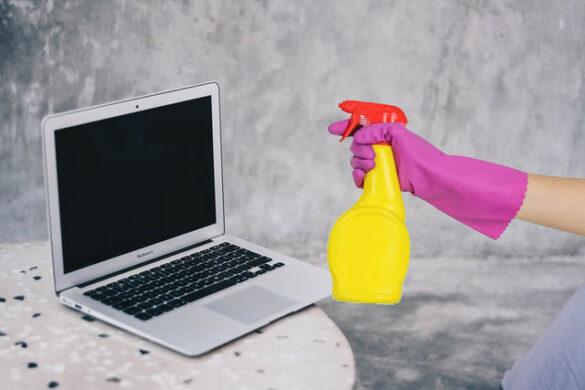 Czyszczenie laptopa - Laptop i ręka z płynem