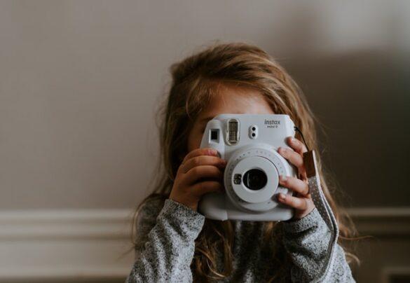 Jaki aparat fotograficzny dla dziecka - Dziewczynka z aparatem