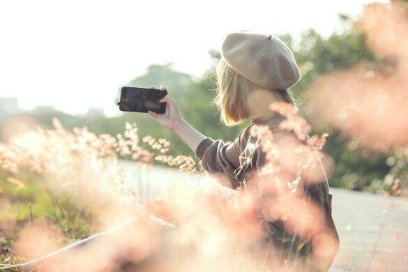 Dziewczyna robi selfie na łące
