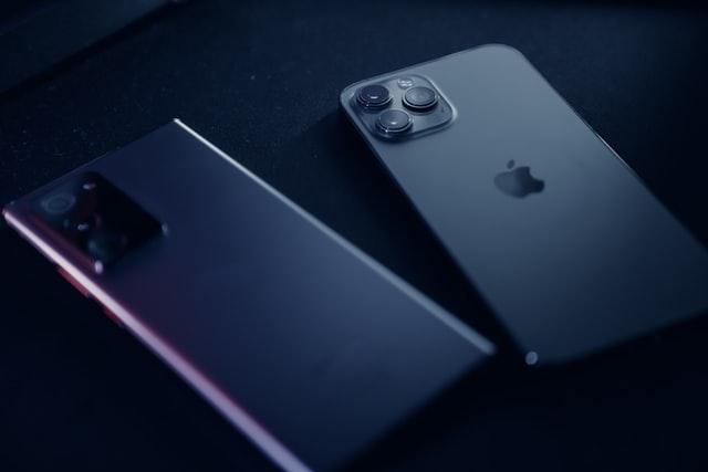 Telefon z system Androin obok telefonu z system iOS