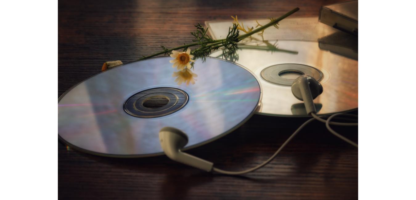 Dwie płyty CD leżą na stole