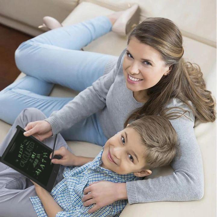 Kobieta z synem używają notatnika elektronicznego