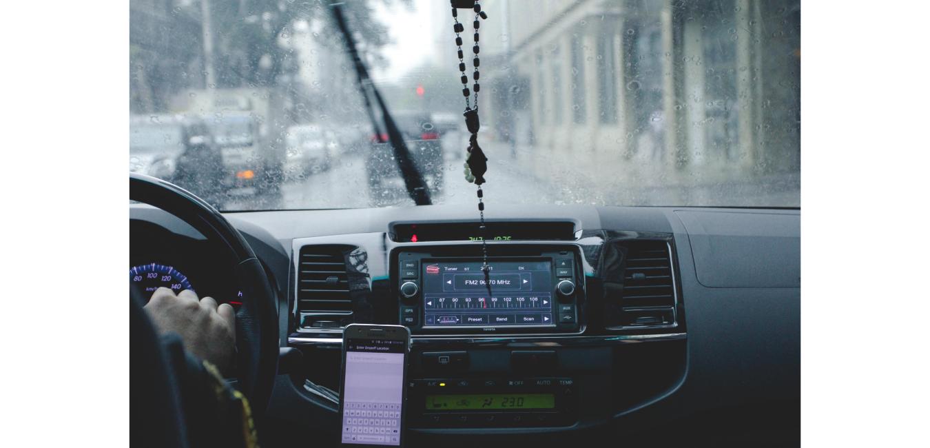 Mężczyzna prowadzi samochód w deszczowy dzień