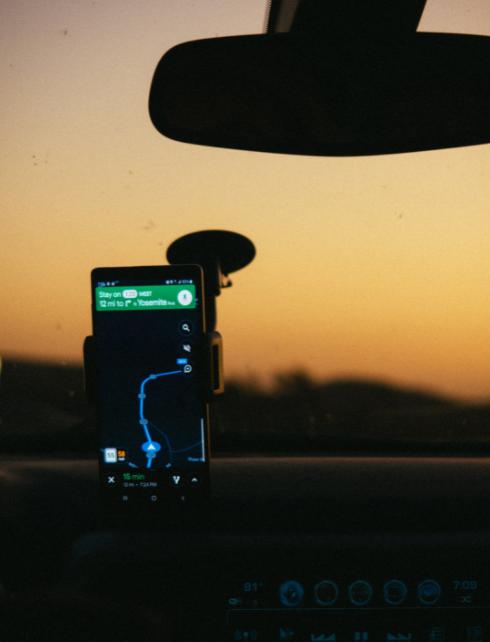 Telefon w uchwycie na szybę samochodu