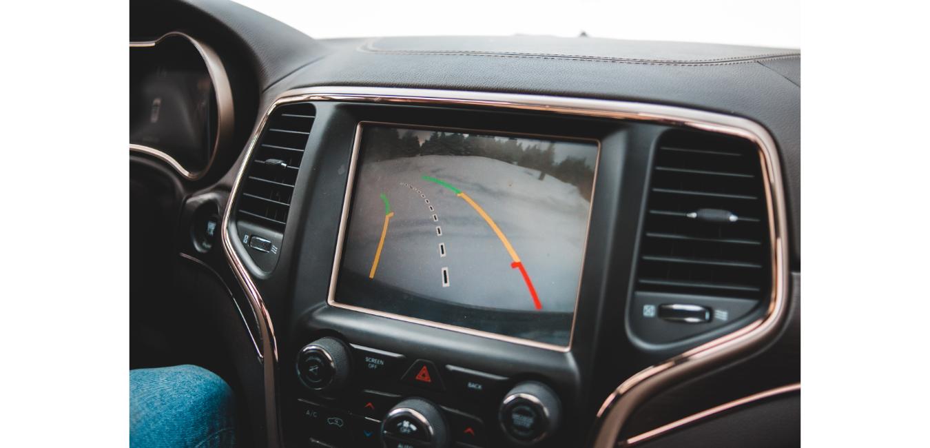 Wnętrze samochodu z uruchomioną kamerą cofania