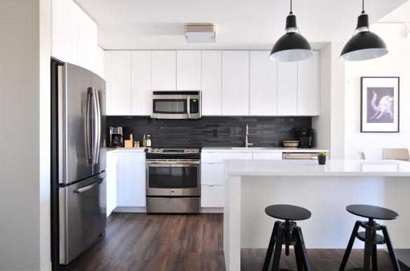 Jak ozonować mieszkanie - kuchnia biało-czarna