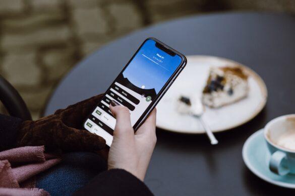 Co to jest digitizer? Człowiek obsługujący telefon z ekranem dotykowym