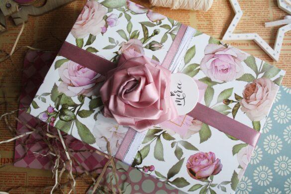 Prezent dla mamy - 50 pomysłów - zapakowany prezent różowa wstążka